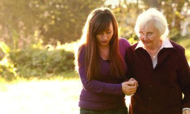 دراسة: دعم الآخرين يمنحك الشعور بالسعادة