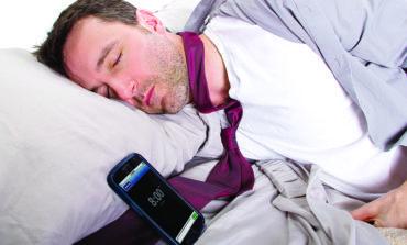احذروا مخاطر النوم قرب الهاتف