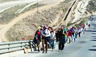 طلائع قوافل المهاجرين تصل الحدود المكسيكية الأميركية