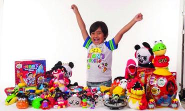 طفل يكسب 22 مليون دولار عبر «يوتيوب»