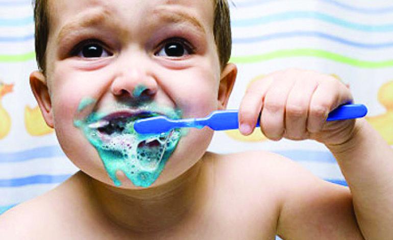 احذروا خطر معجون الأسنان على أطفالكم!