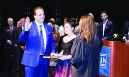 سام بيضون يؤدي اليمين لعضوية مجلس مفوضي مقاطعة وين في حفل حاشد بديربورن