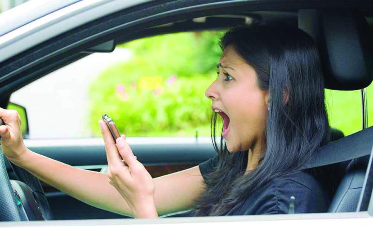حاكمة ميشيغن تؤيد  حظراً شاملاً على حمل الهاتف باليد أثناء القيادة
