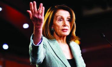 بيلوسي ترفض دعوات عزل ترامب: لا يستحق العناء