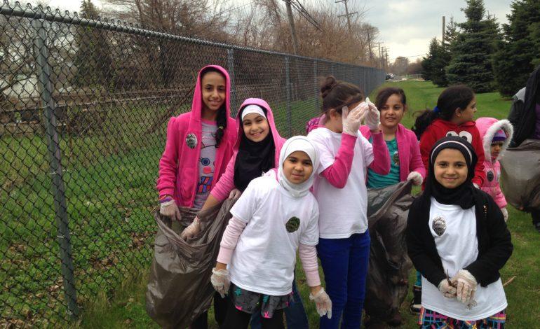 طلاب مدارس ديربورن الابتدائية يشاركون في تنظيف المدينة