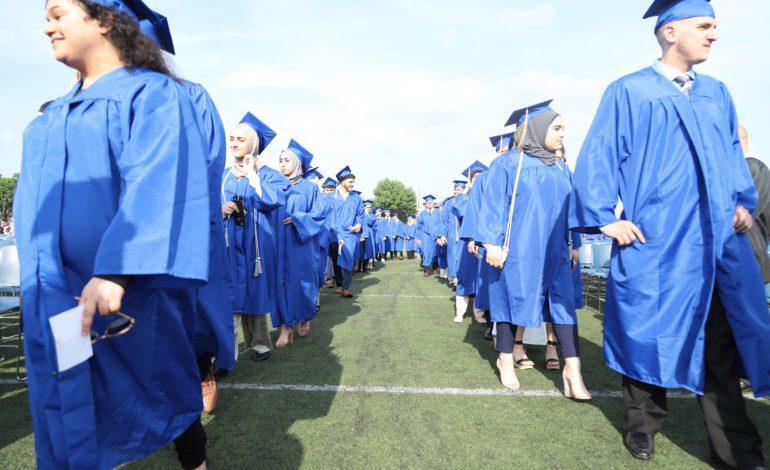 ثانويات ديربورن الثلاث تخرّج 1500 طالب .. و85 بالمئة منهم سيلتحقون بالجامعات