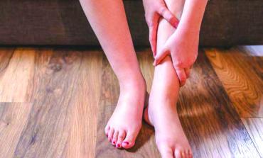 أسباب انتفاخ الساقين في الصيف .. وطرق التخلص منه