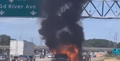 بشجاعة وهدوء .. أمٌّ ديربورنية تنقذ ستة صبيان من سيارتها قبل أن تلتهمها النيران على الطريق السريع