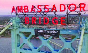 اعتقال مغنٍّ كندي تسلق جسر «أمباسادور» الدولي .. للترويج لفرقته الموسيقية