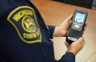 الشرطة تبدأ بفحص لُعاب السائقين المشتبه بتعاطيهم  للمخدرات على طرقات ميشيغن