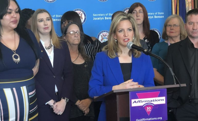 سكرتيرة ولاية ميشيغن تسهل تغيير الجنس على بطاقات الهوية ورخص القيادة