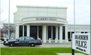 انتحار رجل أمام مقر شرطة ديربورن في حادث غامض