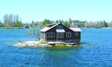 شجرتان ومنزل.. أصغر جزيرة مأهولة بالسكان في العالم