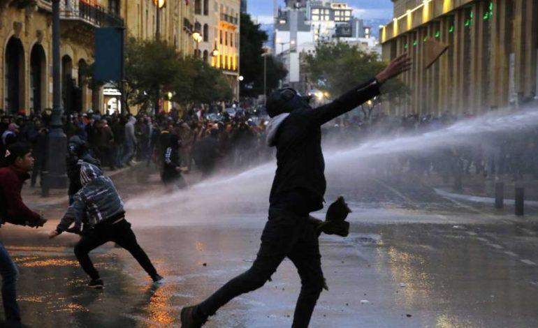 انتقال الحراك من السلمية إلى العنف .. يفاقم التحديات أمام الحكومة اللبنانية الجديدة