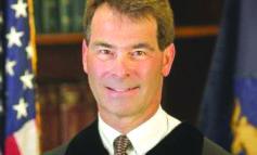 قاضٍ يواجه تهماً  بالعنف المنزلي والقيادة تحت تأثير الكحول