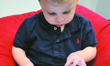 تعرّض الأطفال للشاشات صباحاً  يزيد خطر الإصابة باضطرابات اللغة