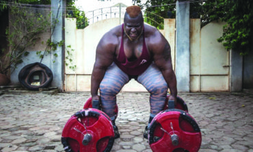 أقوى رجل في أفريقيا يتناول 8 دجاجات يومياً