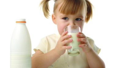 الحليب كامل الدسم .. هل يحمي الأطفال  من السمنة في المستقبل؟