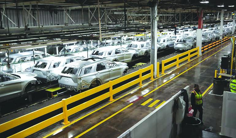 حاكمة ميشيغن تسمح بعودة النشاط الصناعي .. وشركات السيارات تتطلع لاستئناف الإنتاج في 18 مايو