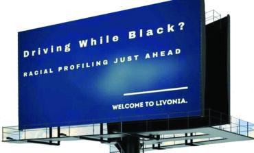 لوحة إعلانية عملاقة تتهم شرطة ليفونيا بالعنصرية ضد السود .. ومسؤولو المدينة ينفون