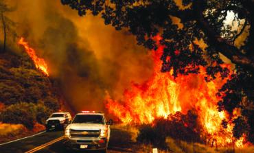 صواعق البرق تشعل كاليفورنيا