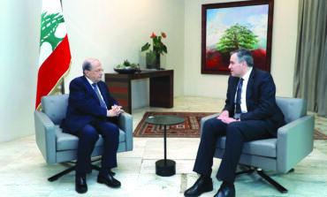 ماكرون يتدخل لإنقاذ مبادرته في لبنان: لا تأليف ولا اعتذار، بل تريث