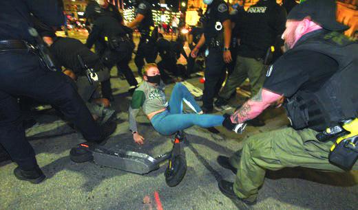 قرار قضائي يمنع شرطة ديترويت من استخدام القوة ضد «المتظاهرين السلميين» .. وكريغ يتعهد بمواصلة النهج ذاته