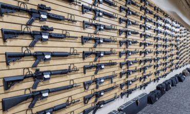 إقبال قياسي على شراء الأسلحة خلال 2020