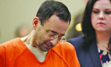 الطبيب المتحرش لاري نصّار يطالب المحكمة العليا في ميشيغن بإعادة محاكمته