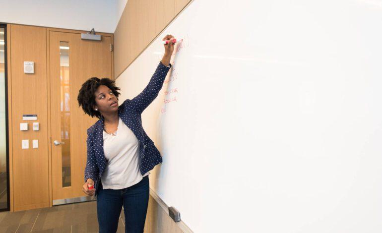تقاعد المعلمين خلال وباء كورونا يفاقم معضلة عمرها سنوات
