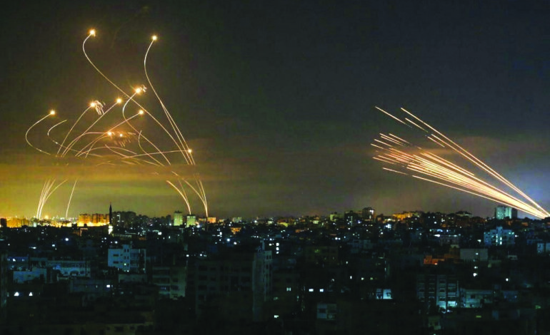 المقاومة الفلسطينية تمطر إسرائيل بالصواريخ نصرةً للقدس .. ونذر «حرب أهلية» تؤرق دولة الاحتلال